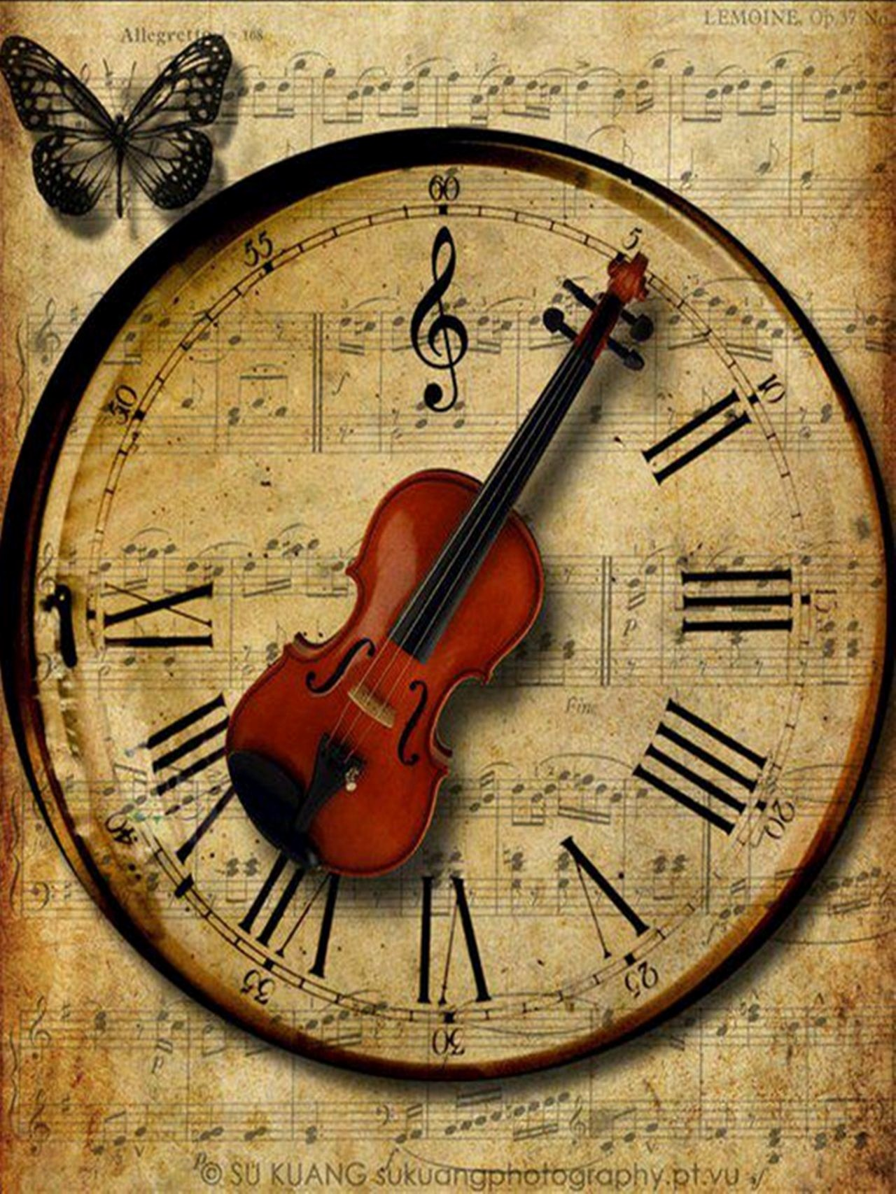 One Minute Timer with Music Beautiful Old Fashioned Clock with Violin as Hands Pointing to Roman